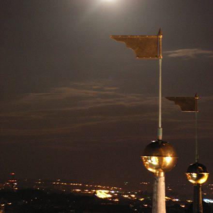 Kraków. Księżyc nad iglicami Wieży Mariackiej