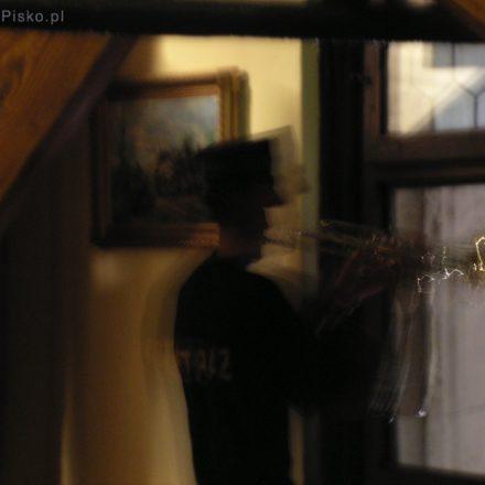 Kraków. Hejnalista gra hejnał z okien Wieży Mariackiej